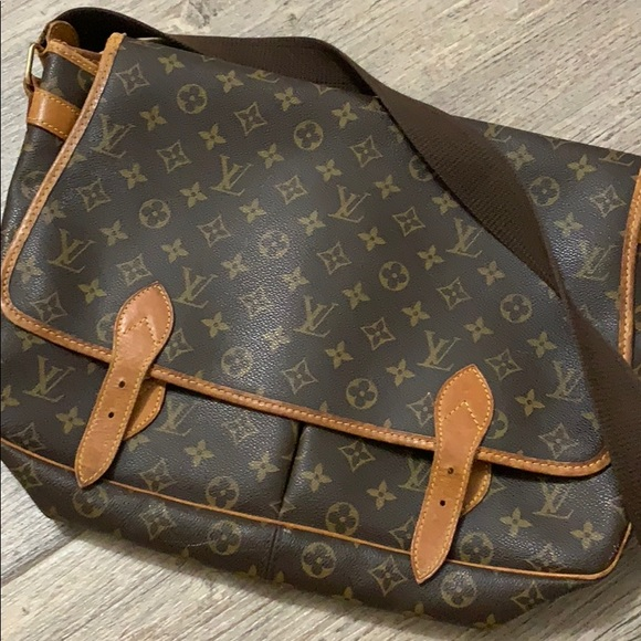 6f6f39a667c6 Louis vuitton men messenger bag. M 5bf7cb0bc9bf5012504c7d3b